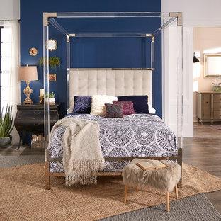 Imagen de dormitorio principal, ecléctico, de tamaño medio, con paredes azules, suelo de madera clara y suelo marrón