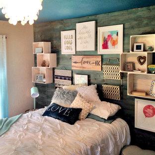 Shabby chic-inspirerad inredning av ett litet sovrum, med beige väggar, mellanmörkt trägolv och brunt golv