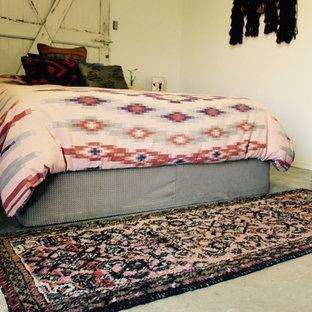 На фото: с высоким бюджетом маленькие хозяйские спальни в средиземноморском стиле с белыми стенами и бетонным полом без камина