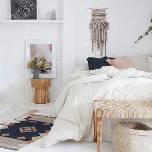 ラスベガスのシャビーシック調のおしゃれな寝室 (白い壁)