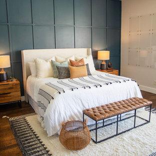 ダラスの中くらいのトランジショナルスタイルのおしゃれな主寝室 (無垢フローリング、白い壁、暖炉なし、茶色い床)