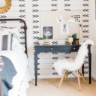 Inspiration för ett mellanstort eklektiskt sovrum, med vita väggar, heltäckningsmatta och beiget golv