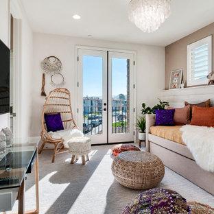 Пример оригинального дизайна: гостевая спальня среднего размера в стиле современная классика с белыми стенами, ковровым покрытием и белым полом без камина