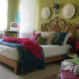 На фото: спальня в стиле фьюжн с