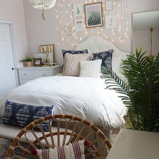 На фото: гостевая спальня среднего размера в стиле фьюжн с розовыми стенами, полом из винила и коричневым полом