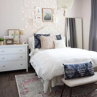 Foto de habitación de invitados ecléctica, de tamaño medio, con paredes rosas, suelo vinílico y suelo marrón