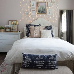 Ispirazione per una camera degli ospiti boho chic di medie dimensioni con pareti rosa, pavimento in vinile e pavimento marrone