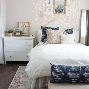 Inspiration för ett mellanstort eklektiskt gästrum, med rosa väggar, vinylgolv och brunt golv