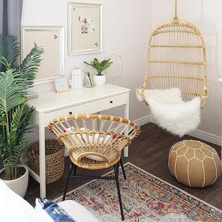 Стильный дизайн: гостевая спальня среднего размера в стиле фьюжн с розовыми стенами, полом из винила и коричневым полом - последний тренд