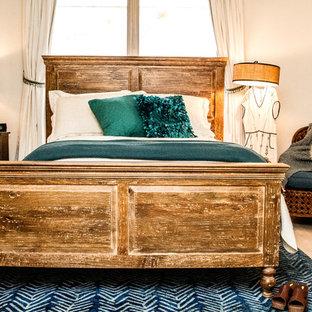 Ejemplo de dormitorio principal, romántico, grande, con paredes blancas y suelo de madera clara