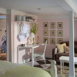 Свежая идея для дизайна: спальня в стиле шебби-шик с розовыми стенами и разноцветным полом - отличное фото интерьера