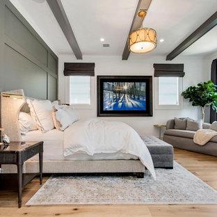 Exempel på ett klassiskt sovrum, med vita väggar, mellanmörkt trägolv, en standard öppen spis, en spiselkrans i sten och brunt golv