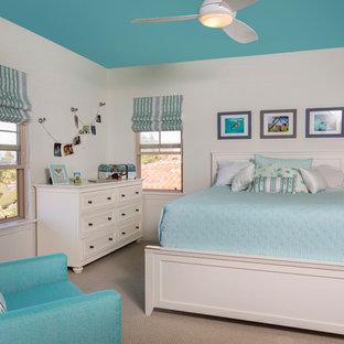Свежая идея для дизайна: гостевая спальня среднего размера в морском стиле с белыми стенами и ковровым покрытием без камина - отличное фото интерьера