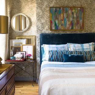 Inspiration för ett eklektiskt sovrum, med gula väggar och ljust trägolv