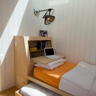 Imagen de habitación de invitados nórdica con paredes blancas y suelo de madera clara