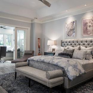 Imagen de dormitorio principal, clásico renovado, con paredes grises, suelo de madera oscura y suelo marrón