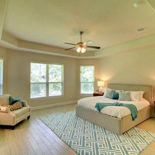 Imagen de dormitorio principal, clásico renovado, extra grande, con paredes beige, suelo de baldosas de porcelana y suelo beige