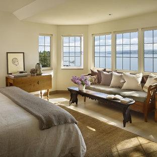 Ejemplo de dormitorio contemporáneo con paredes beige y suelo de madera clara