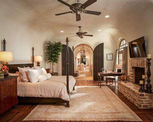 mediterrane schlafzimmer mit kaminsims aus backstein. Black Bedroom Furniture Sets. Home Design Ideas