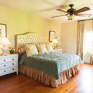 Стильный дизайн: большая спальня в классическом стиле с бежевыми стенами, паркетным полом среднего тона и коричневым полом без камина - последний тренд