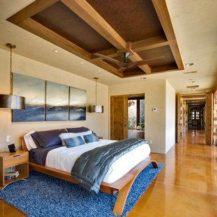 Cette image montre une grand chambre parentale design avec un mur beige, béton au sol, aucune cheminée et un sol jaune.
