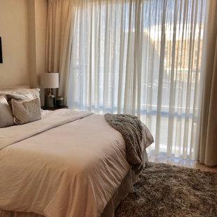 ボストンの小さいコンテンポラリースタイルのおしゃれな主寝室 (ベージュの壁、ラミネートの床、暖炉なし、ベージュの床) のインテリア
