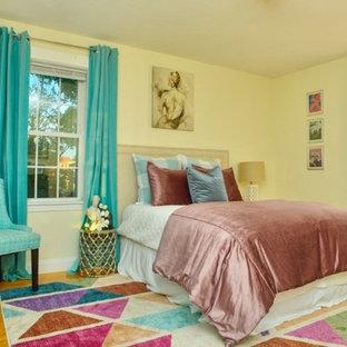 ボストンの中サイズのコンテンポラリースタイルのおしゃれな主寝室 (黄色い壁、淡色無垢フローリング、暖炉なし、茶色い床)