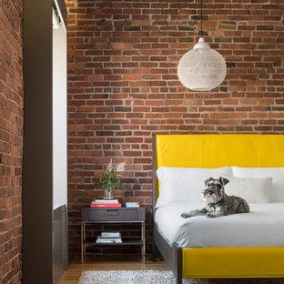 Стильный дизайн: хозяйская спальня в стиле лофт с красными стенами и светлым паркетным полом - последний тренд