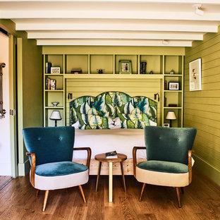 サセックスの中サイズのコンテンポラリースタイルのおしゃれな寝室 (緑の壁、茶色い床) のインテリア