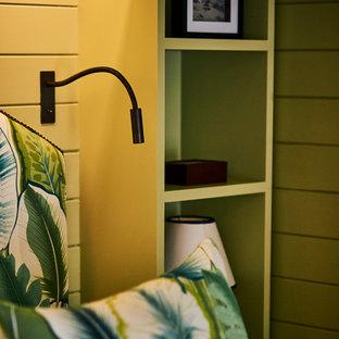 サセックスの中サイズのコンテンポラリースタイルのおしゃれな主寝室 (緑の壁、濃色無垢フローリング、茶色い床) のレイアウト
