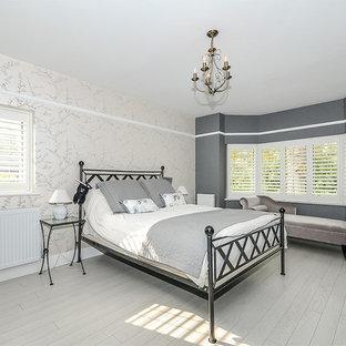 Esempio di una camera degli ospiti tradizionale di medie dimensioni con pareti grigie, pavimento in legno verniciato, nessun camino e pavimento grigio