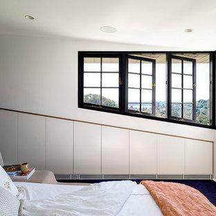 Aménagement d'une chambre avec moquette classique avec un mur blanc et un sol bleu.