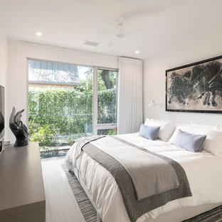 Идея дизайна: хозяйская спальня среднего размера в стиле модернизм с белыми стенами, полом из керамогранита и серым полом