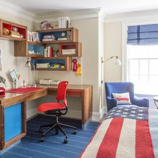 Modelo de dormitorio clásico, de tamaño medio, con paredes beige, moqueta y suelo azul