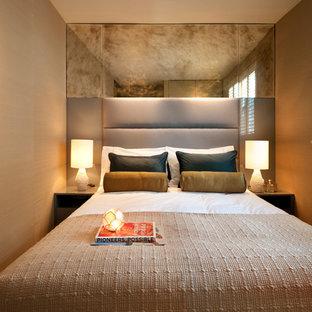 Modern inredning av ett litet sovrum, med beige väggar