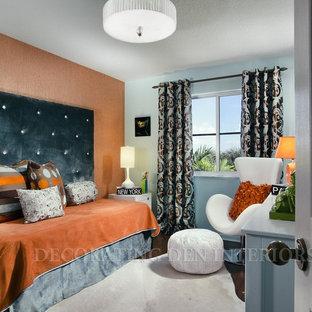 Ispirazione per una camera degli ospiti minimalista di medie dimensioni con pareti arancioni e moquette