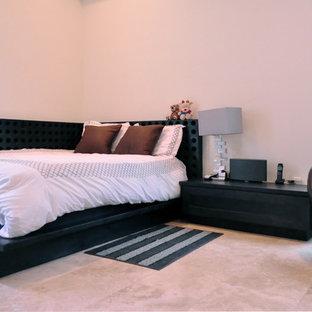 Свежая идея для дизайна: маленькая спальня в современном стиле с белыми стенами и полом из травертина - отличное фото интерьера
