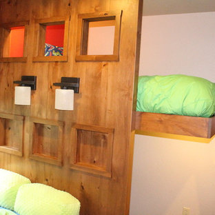 Стильный дизайн: спальня среднего размера в стиле кантри с ковровым покрытием, бежевым полом и красными стенами - последний тренд