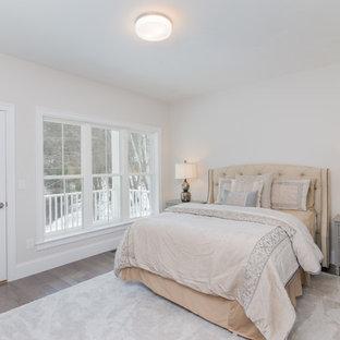 Свежая идея для дизайна: хозяйская спальня среднего размера с серыми стенами, светлым паркетным полом и красным полом без камина - отличное фото интерьера