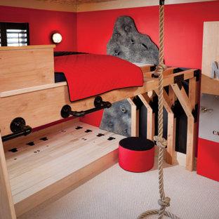 Imagen de dormitorio tipo loft, urbano, pequeño, sin chimenea, con paredes rojas, moqueta y suelo beige