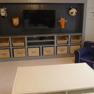 Modelo de dormitorio tipo loft, tradicional renovado, grande, con paredes azules y moqueta