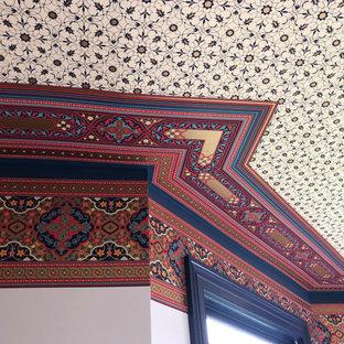 Esempio di una grande camera matrimoniale vittoriana con parquet scuro, camino ad angolo e cornice del camino in pietra