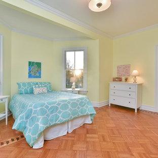 ニューヨークの中くらいのヴィクトリアン調のおしゃれな客用寝室 (黄色い壁、無垢フローリング) のインテリア