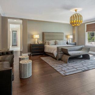 サンディエゴの大きいコンテンポラリースタイルのおしゃれな主寝室 (グレーの壁、濃色無垢フローリング、標準型暖炉、木材の暖炉まわり、茶色い床) のインテリア