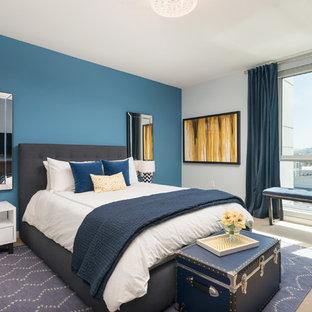 Esempio di una camera matrimoniale chic di medie dimensioni con pareti blu, moquette e nessun camino