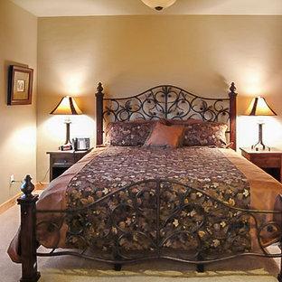Imagen de dormitorio principal, de estilo de casa de campo, pequeño, sin chimenea, con paredes beige y moqueta