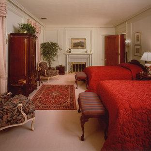 Ejemplo de habitación de invitados clásica, grande, con paredes blancas, moqueta, chimenea tradicional y marco de chimenea de baldosas y/o azulejos