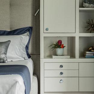 Ejemplo de dormitorio principal, tradicional renovado, de tamaño medio, con paredes azules, moqueta, chimenea tradicional, marco de chimenea de piedra y suelo azul