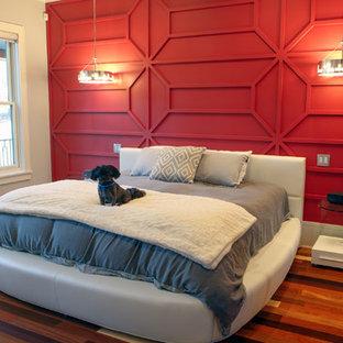 Foto di una grande camera matrimoniale minimalista con pareti rosse, parquet chiaro e pavimento multicolore