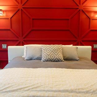 Diseño de dormitorio principal, moderno, grande, con paredes rojas, suelo de madera en tonos medios y suelo multicolor